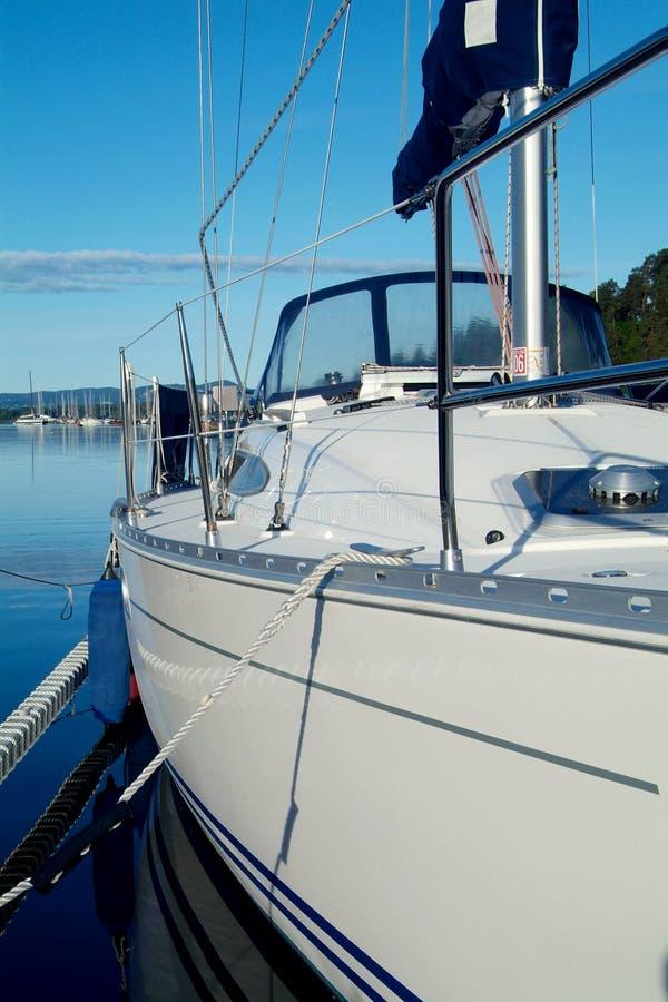 Download Hamnseglingyacht fotografering för bildbyråer. Bild av maritimt - 994829