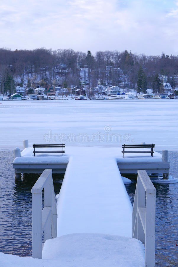 Hamnsikt av sjön i vinter fotografering för bildbyråer