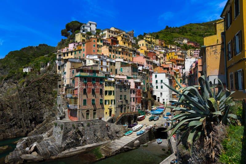 Hamnsikt i Riomaggiore, Cinque Terre arkivfoton