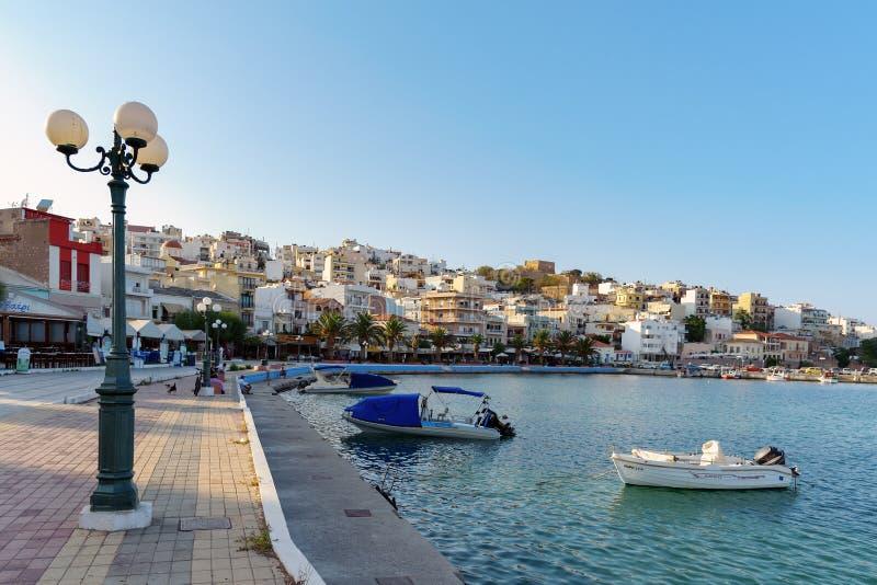 Hamnstad av den Sitia staden med förtöjde traditionella grekiska fiskebåtar arkivbild