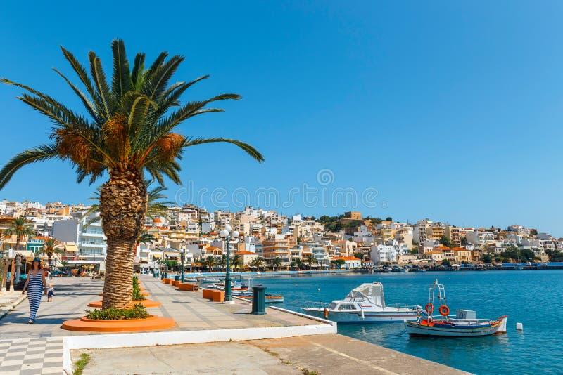 Hamnstad av den Sitia staden med förtöjde traditionella grekiska fiskebåtar royaltyfri fotografi