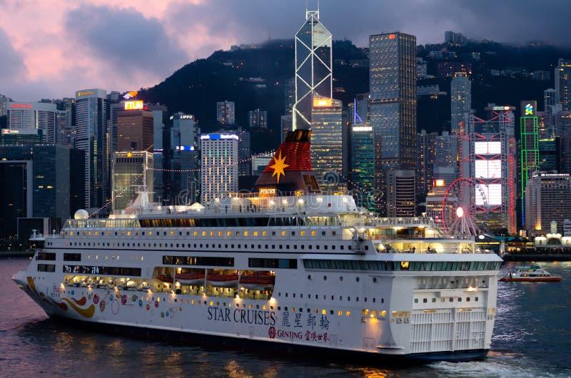 HAMNSTAD HONGKONG, 08 JUNI 2019: The Star kryssar omkring inflyttningframdelen av härlig horisont av den Hong Kong staden från Ts arkivfoto