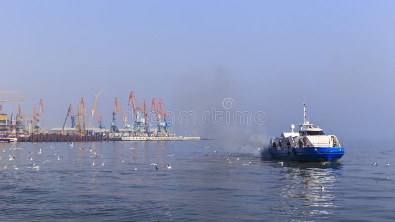 Hamnstad i Baku och nöjefartyg royaltyfri bild