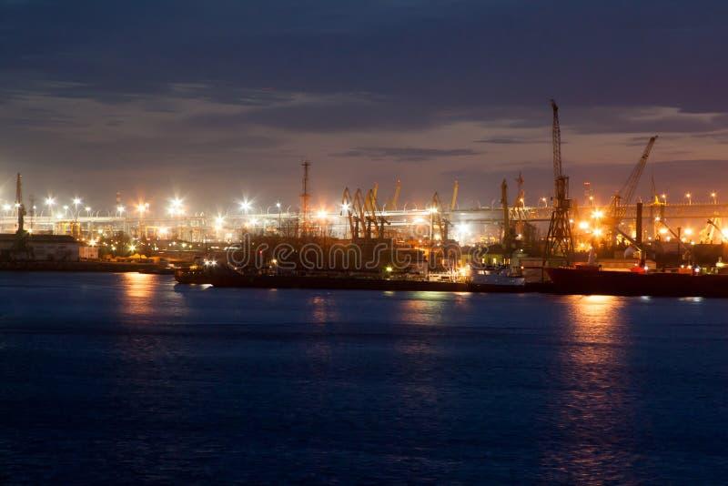 Hamnstad i St Petersburg på natten arkivbild