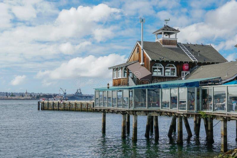 Hamnstadby, strandshopping och äta middagkomplex som är närgränsande till San Diego Bay royaltyfria foton