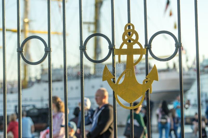 Hamnstadstaket som presenterar ett ankare med en suddig bakgrund av folk och skepp fotografering för bildbyråer