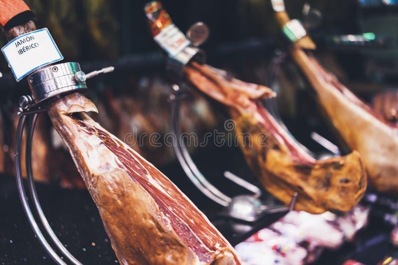 Hamon espanhol no mercado de Barcelona, iberico do jamon na carne de porco isolada, carne nacional tradicional do pé do preto da  foto de stock royalty free