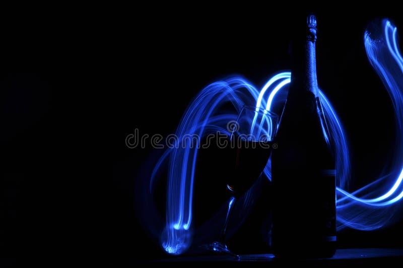 Hampagne na véspera de Ano Novo alargamentos Cumprimentos do ` s do ano novo Felicidade e divertimento fotografia de stock royalty free