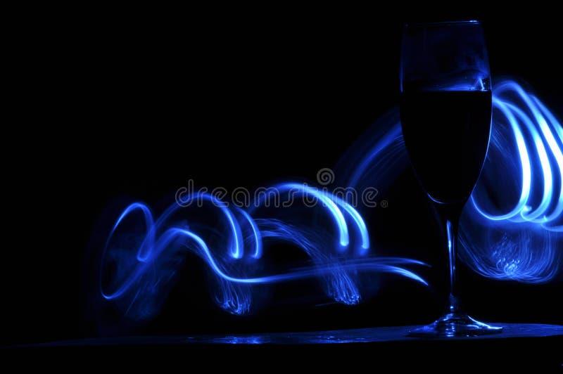 Hampagne na véspera de Ano Novo alargamentos Cumprimentos do ` s do ano novo Felicidade e divertimento foto de stock