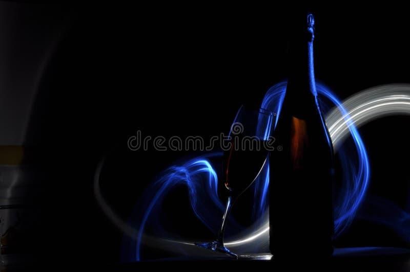 Hampagne na véspera de Ano Novo alargamentos Cumprimentos do ` s do ano novo Felicidade e divertimento fotos de stock royalty free