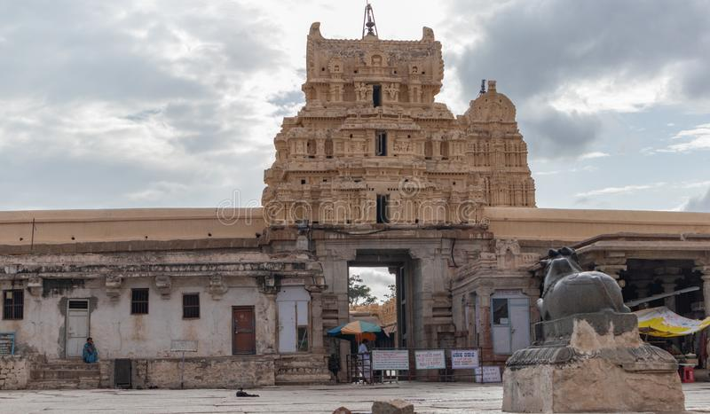 Hampi, Ινδία στις 8 Ιουλίου 2019: Εσωτερική άποψη του ναού Virupaksha ή Pampapati σε Hampi, Karnataka, Ινδία στοκ φωτογραφία