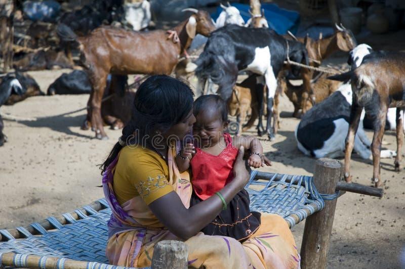 Hampi Indien - Februari 4 2009: Frank stående av en moder och hennes flickabarn royaltyfria bilder