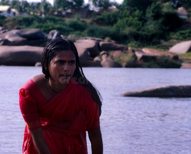 Hampi, Indien: Frauenreinigung im Fluss stockbild