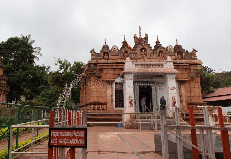 Hampi Indien Juli 10, 2019: Kumaraswami tempel överst av Kraunchaen Giri eller kulle på sandur arkivfoto