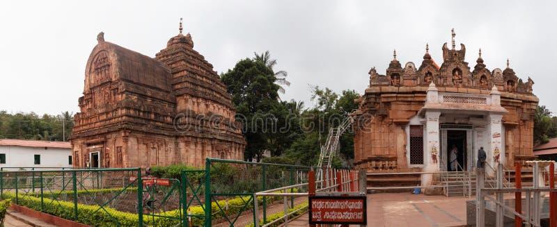 Hampi Indien Juli 10, 2019: Kumaraswami tempel- och Parvati tempel överst av Kraunchaen Giri eller kulle på sandur royaltyfri bild