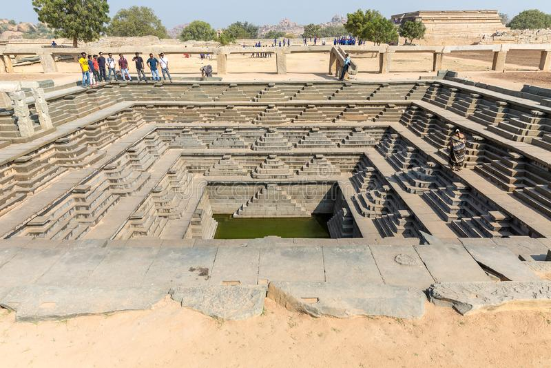 Hampi, Karnataka, Índia - 1 14 2017; tanque de água quadrado pisado fotografia de stock royalty free