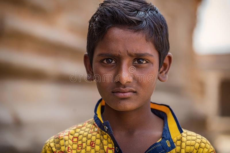 Hampi, Karnataka, INDIA - JANUARI 16, 2018: Porträtt av indian boy royaltyfri bild