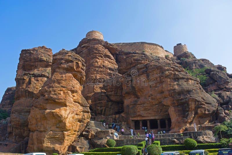 HAMPI, KARNATAKA, INDIEN im November 2017 Besucher besucht Badami-Höhle 1 und Fort oben stockfoto