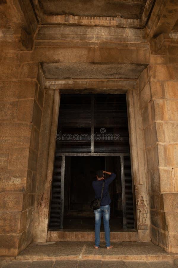 Hampi, la India 8 de julio de 2019: Fotógrafo que toma la imagen del templo santo del ganesha de Kadale Kalu en Hampi, Karnataka, fotos de archivo