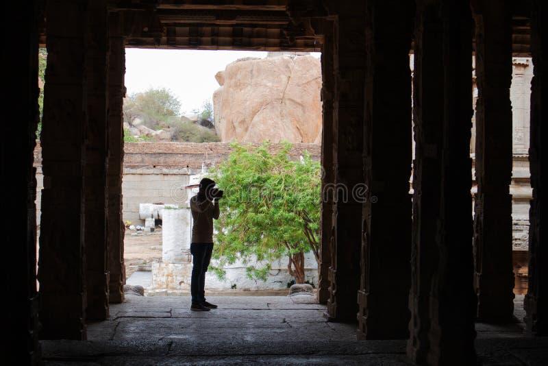 Hampi, la India 8 de julio de 2019: Photograppher que toma la foto de la vista interna del templo de Malyavanta Raghunatha, Hampi fotos de archivo libres de regalías