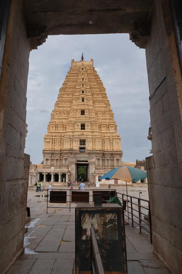 Hampi, la India 8 de julio de 2019: Vista interna del templo de Virupaksha o de Pampapati en Hampi, Karnataka, la India imagen de archivo