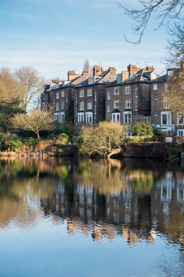 HAMPSTEAD, LONDON/UK - 27. DEZEMBER: Reihe von Häusern durch einen See an stockbild