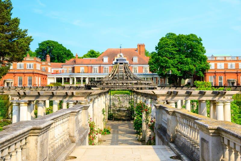 Hampstead-Pergola und Hügel-Garten lizenzfreies stockbild
