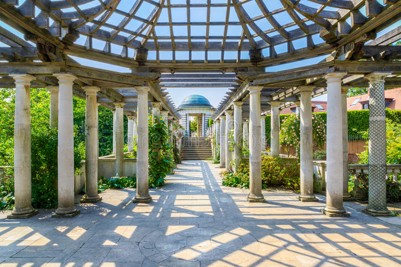 Hampstead-Pergola und Hügel-Garten lizenzfreie stockbilder