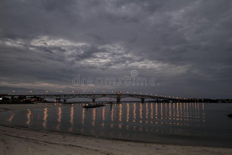 Hampton Boulevard Bridge At Dark photographie stock libre de droits