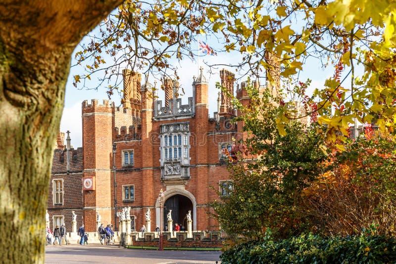 Hampton Court en otoño fotos de archivo