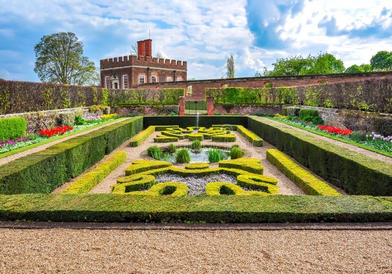 Hampton Court fa il giardinaggio in primavera, Londra, Regno Unito immagine stock libera da diritti