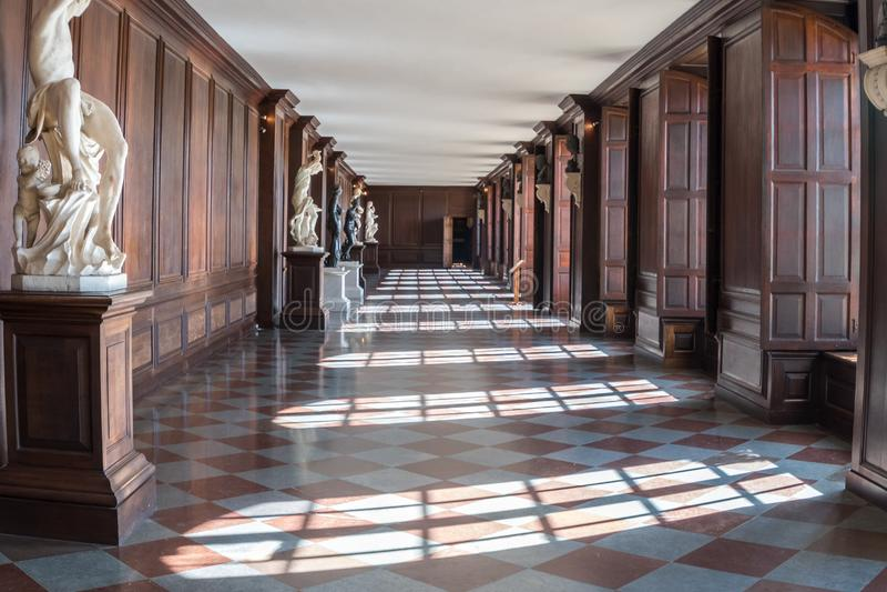 Hampton Court Palace con i giardini fotografia stock