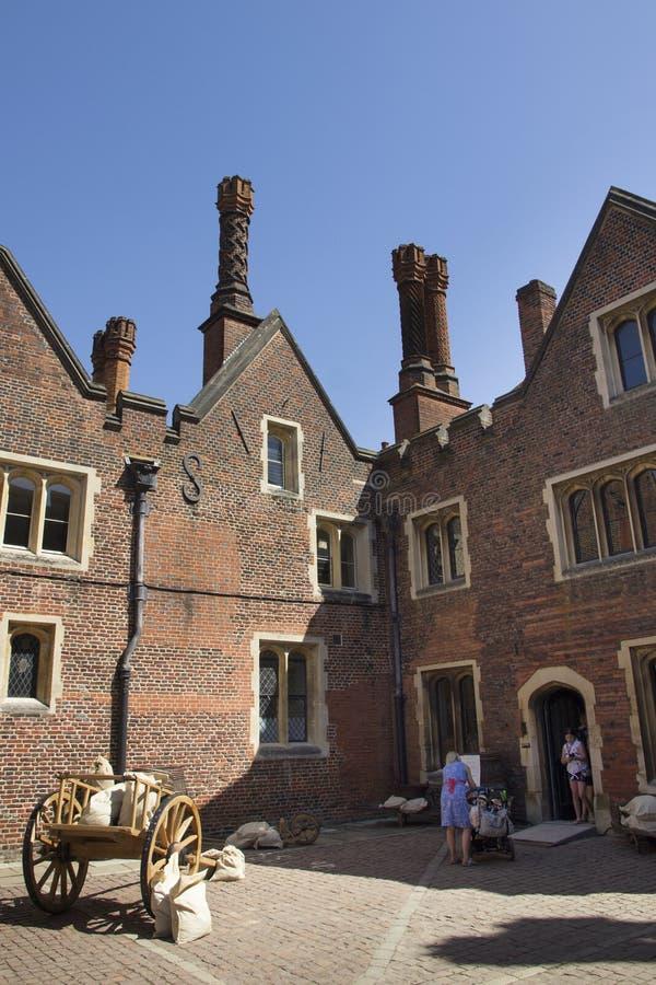 Hampton Court Palace, der ursprünglich für hauptsächlichen Thomas Wolsey 1515 errichtet wurde, wurde später König stockfotografie