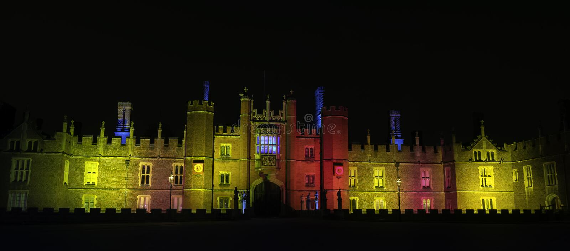 Hampton Court Palace lumineux par nuit en Hampton Court, Londres, Royaume-Uni photos libres de droits