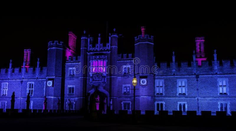 Hampton Court Palace lumineux par nuit en Hampton Court, Londres, Royaume-Uni images stock