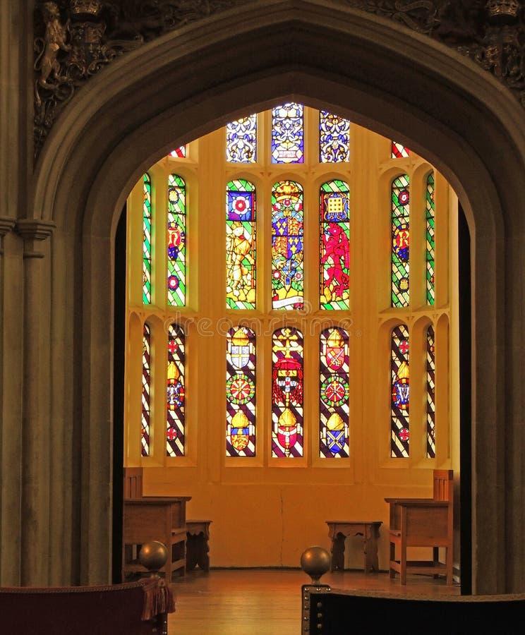 Hampton Court Palace - målat glassfönster arkivbild