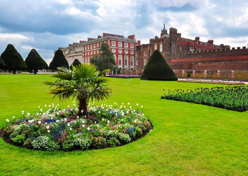 Hampton Court-paleis in de lente, Londen, het UK royalty-vrije stock fotografie