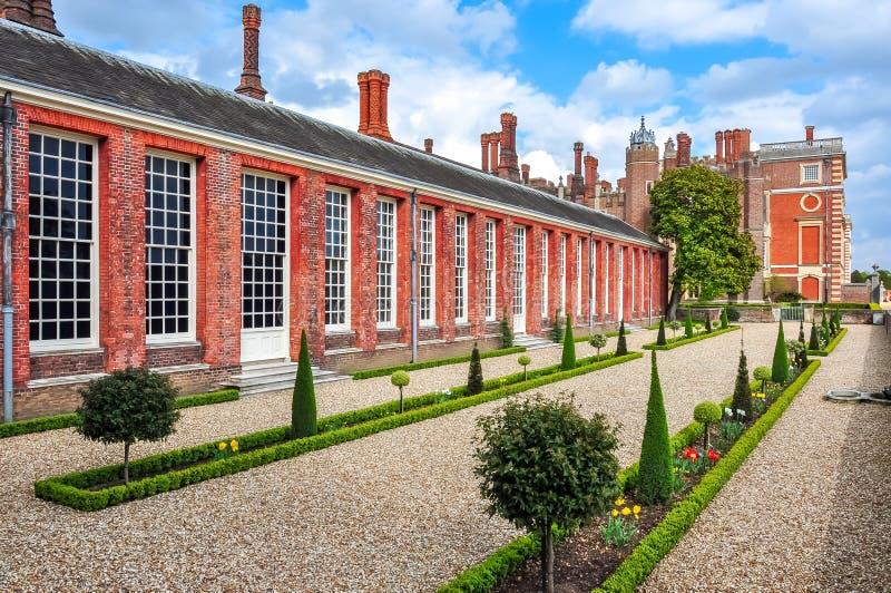 Hampton Court slott och trädgårdar, London, Förenade kungariket royaltyfri bild