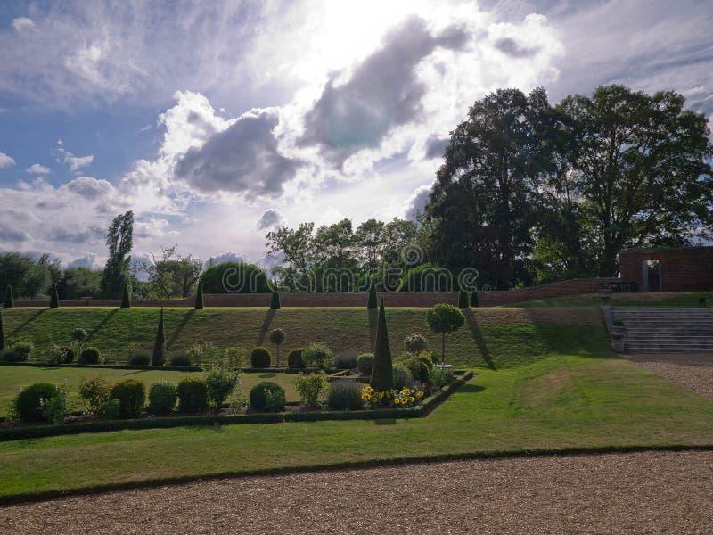 Hampton Court surrealista del jardín imágenes de archivo libres de regalías