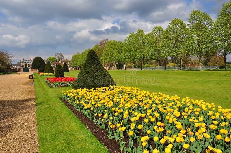Hampton Court-tuin in de lente, Londen, het UK royalty-vrije stock foto