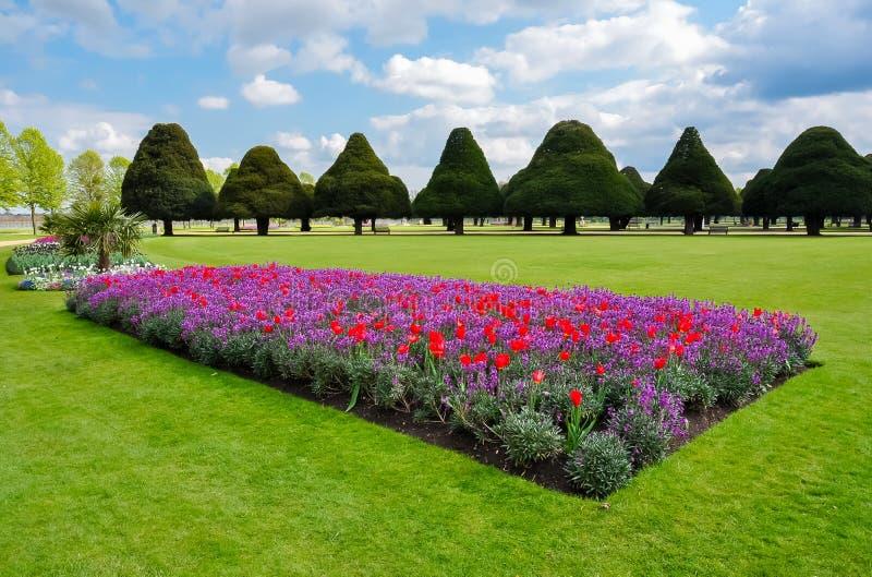 Hampton Court-tuin in de lente, Londen, het UK stock afbeeldingen