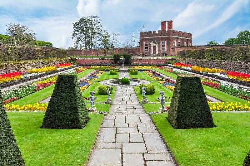 Hampton Court-tuinen in de lente, Londen, het UK royalty-vrije stock afbeelding