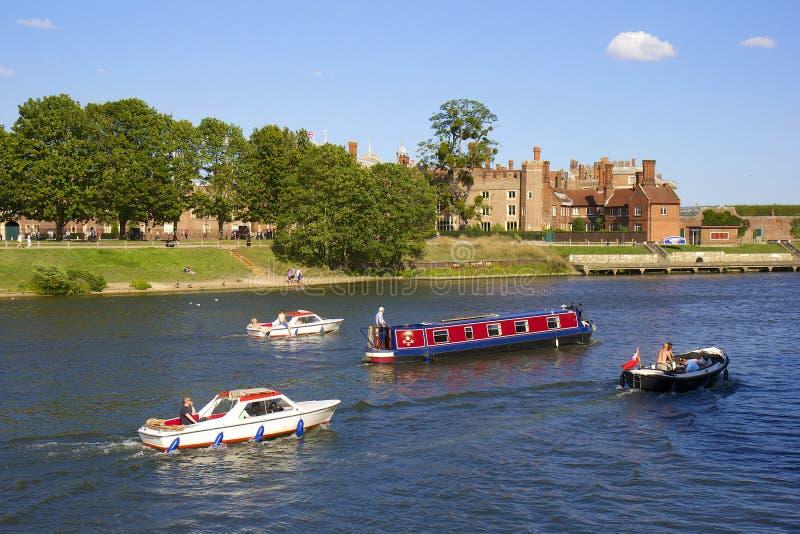 Hampton Court y el río Támesis fotos de archivo