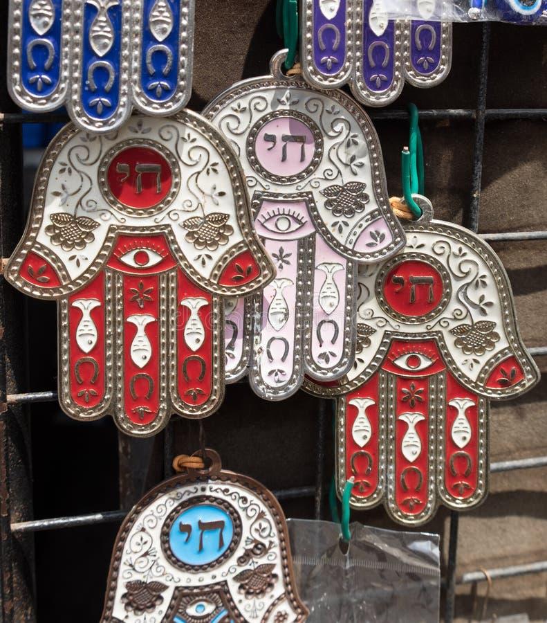 Hamsa com símbolo de Chai - venda de vida em Carmel Market, mercado popular em Telavive imagens de stock