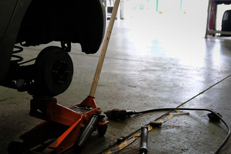 hamulcowe dyska & koła centrum axle cholery w samochód usługa Samochodowy podnosi up fo fotografia stock