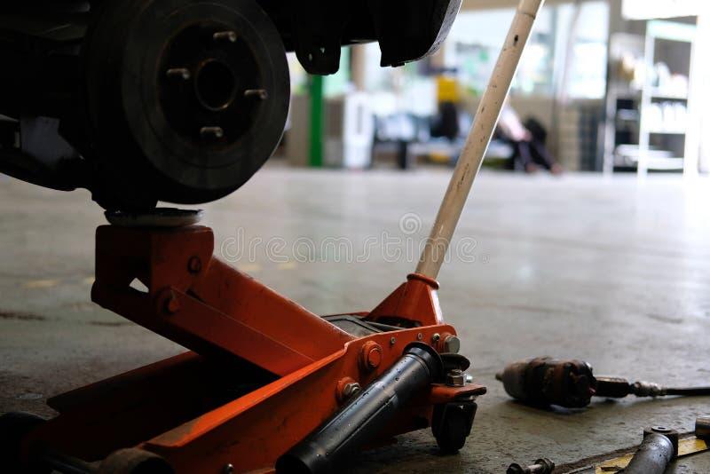 hamulcowe dyska & koła centrum axle cholery w samochód usługa Samochodowy podnosi up fo zdjęcia stock