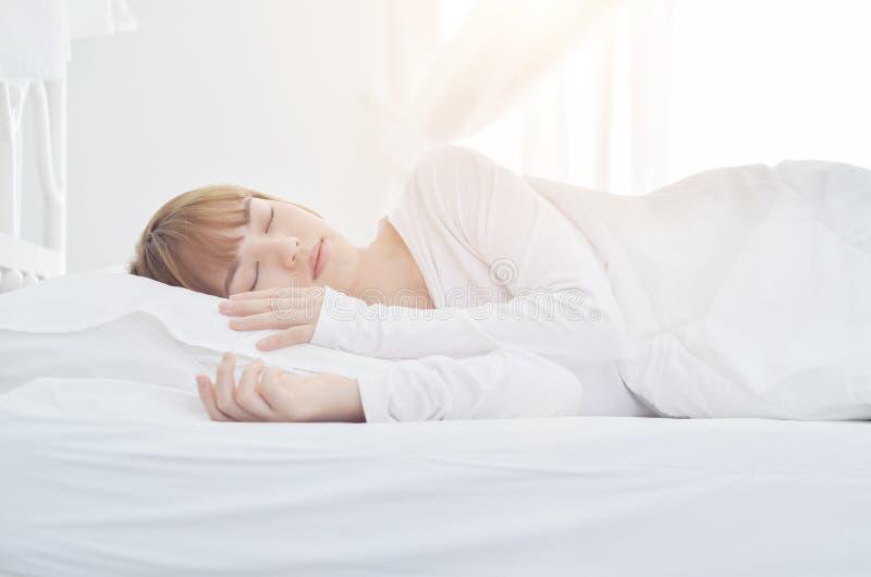 Han bär en vit klänning för att sova arkivfoton