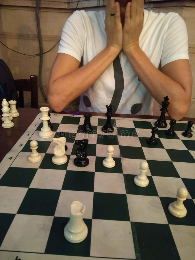 Han sorprendido a un jugador de ajedrez fotografía de archivo