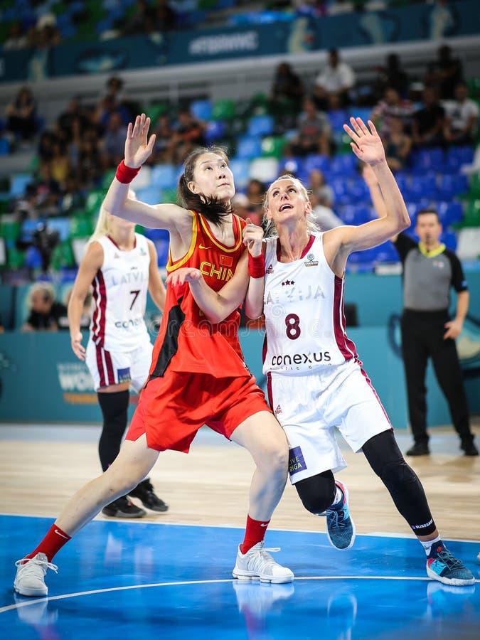 Han Xu en Basko Gunta in actie tijdens basketbalwereldbeker stock afbeeldingen