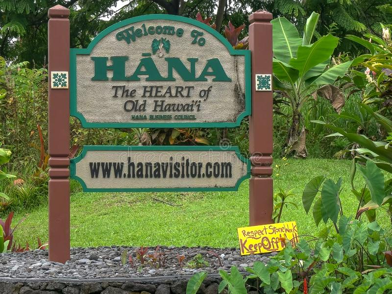 HANA, DIE VEREINIGTEN STAATEN VON AMERIKA - 12. AUGUST 2015: nah oben vom Willkommen zum Hana-Straßenrandzeichen auf Maui stockfotos